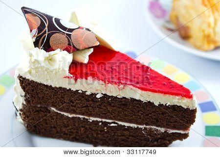 Morango de cheesecake fatia no prato