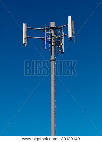 Torre de antenas de telefonía móvil en metal en cielo azul