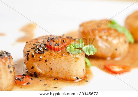 Close up Jakobsmuschel Meeresfrüchte Vorspeise mit Gewürzen