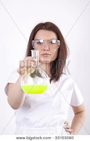 Técnico de laboratorio joven atractivo