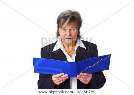 Senior femenino en el estado de cuenta