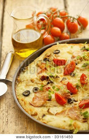pizza with ham, cheese and tomatoes