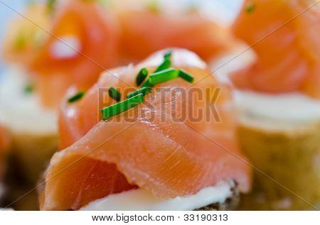 Häppchen mit geräuchertem Lachs und Sahne-Käse