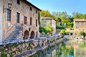 Постер, плакат: Старый термальные бани в средневековой деревне Баньо Виньони Тоскана