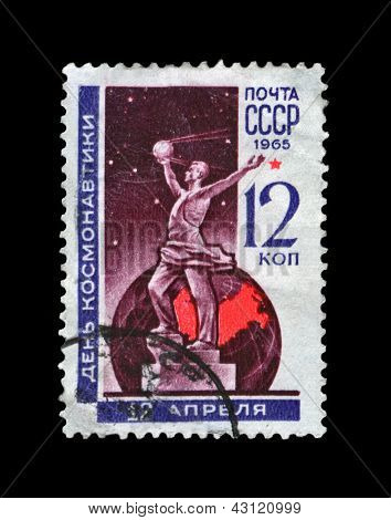Ussr- Circa 1965, Apr 12: Canceled Stamp Printed In Ussr, Shows Cosmonauts Monument In Moscow, Circ