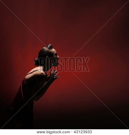 Mulher de horror sobre fundo vermelho