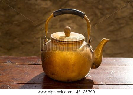 Antik Messing Teekanne auf Vintage Alter Holztisch
