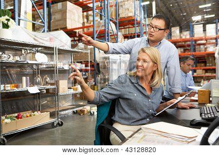 Arbeiten am Schreibtisch im Warehouse Geschäftskollegen