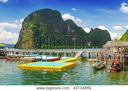 Solução de Koh Panyee construída sobre palafitas da Baía de Phang Nga, Tailândia