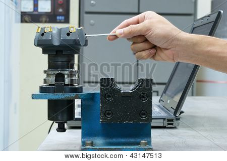 Prepare Face Milling Tool For Use On Computer Nc Machine