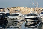 Постер, плакат: Роскошные яхты пришвартованный на Grand гавани Марина на фоне жилище Сенглеа Мальта