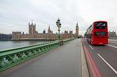 Постер, плакат: Биг Бен с красные двухэтажные в Лондоне Великобритания