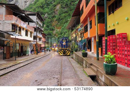Train arrives to Machu Picchu pueblo station.