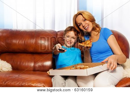 Kid TV channel and mother eating pizza