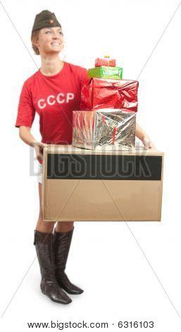 Mädchen in Übersee Cap mit farbigen Einkaufstaschen