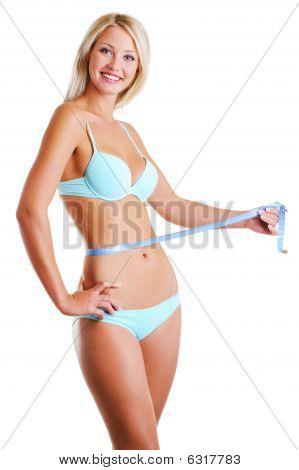 Mujer alegre mide la cintura