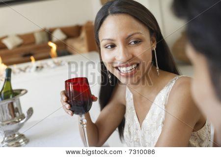 Joven mujer beber vino socializar en cena formal