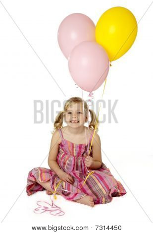 cute weibliches Kind Holding Ballons