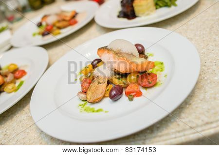Warm Salad with Salmon Steak, potato, tomato and capers
