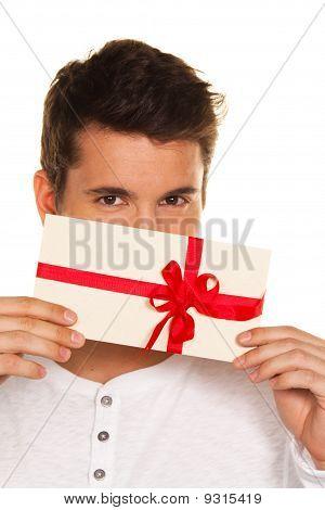 Mann mit einem Geschenkgutschein In der Hand