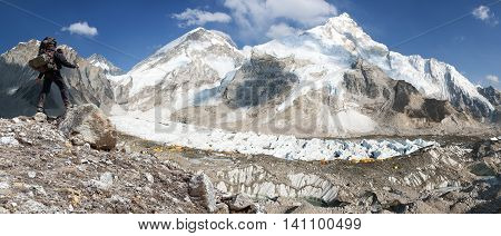 Panoramic view of Mount Everest from Pumo Ri base camp with tourist on the way to Everest base camp Sagarmatha national park Khumbu valley - Nepal