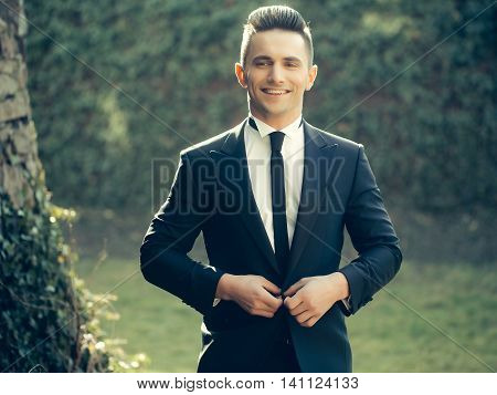 Elegant Man Buttons Suit Coat
