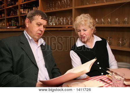Antigua pareja en café