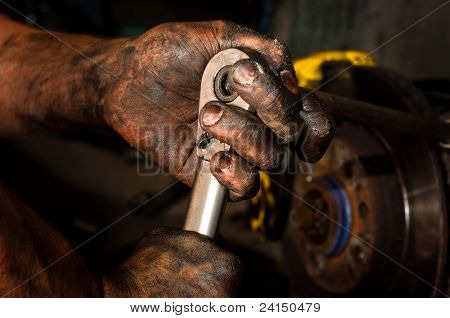 Hombre trabajador con las manos llenas de aceite