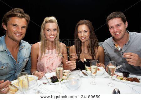 Dos jóvenes parejas en restaurante