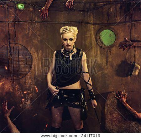 Mãos de mulher em um bunker com zumbis ao seu redor
