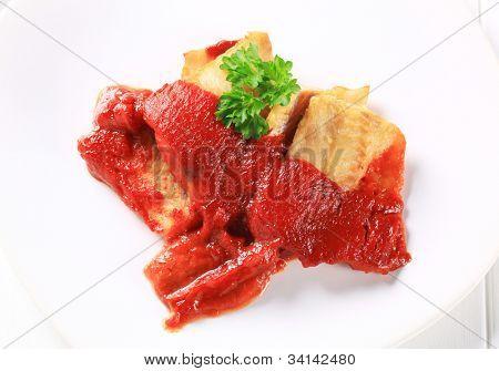 Gegrilltes Fischfilet mit Ketchup und Petersilie dekoriert