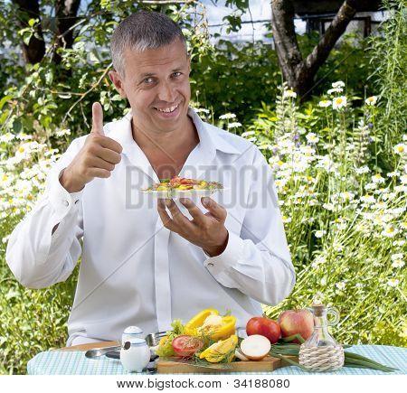 O homem o vegetariano come salada