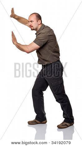 hombre caucásico en posición de empuje aislado en blanco