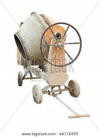 Máquina mezcladora de cemento viejo y sucio sobre fondo blanco.