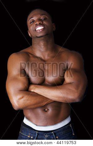 Homem negro musculoso, contra o fundo preto