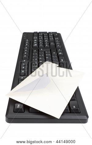 Teclado de computadora y sobres para correo. Sobre un fondo blanco.