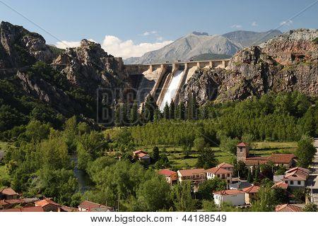 Village de Los Barrios de Luna reservoir and dam.