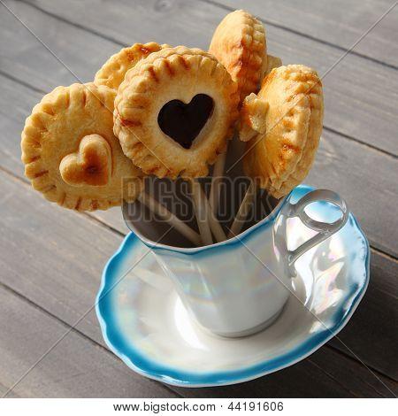 Hausgemachte Shortbread Cookies Pops mit Schokolade im Cup