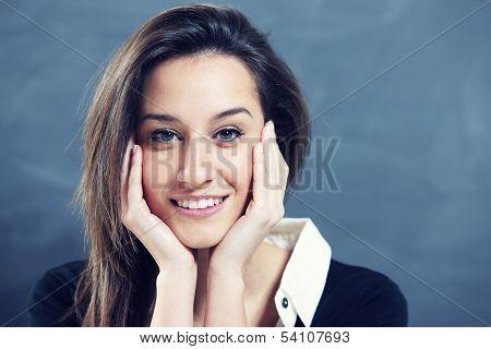 Nahaufnahme einer jungen Frau, Lächeln