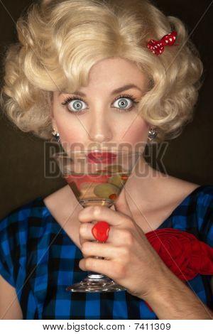 Mujer rubia bastante Retro con Martini