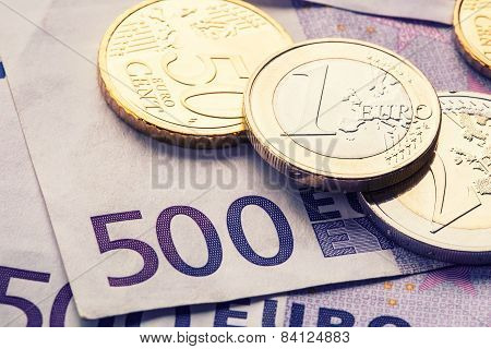 Several 500 euro banknotes and coins are adjacent. Symbolic photo for wealt.