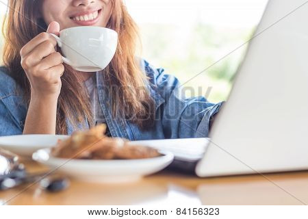 Women Hold Coffee Drink Smile Feel Happy Work Use Laptop Computer