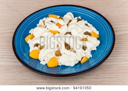 Grainy Curd With Peaches, Raisins And Sour Cream In Plate