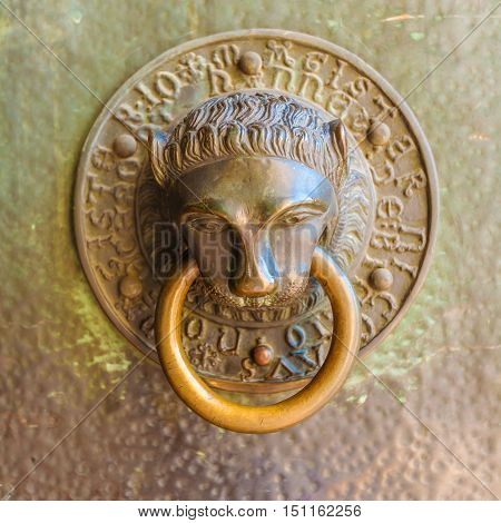 Vintage knocker in the form of a bronze lion's head