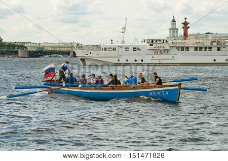 13.08.2016.Russia.Saint-Petersburg.Team of rowers in the boat swam to shore.