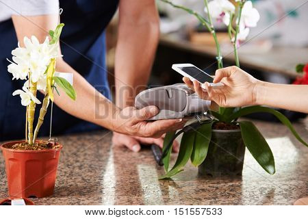 Cashless and contactless payment with smartphone in a nursery