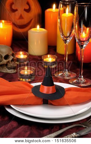 idea how to decorate the napkin on the table for Halloween