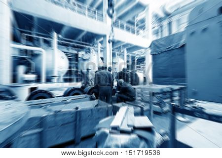 Large-scale thermal power plant workers are maintenance equipment.