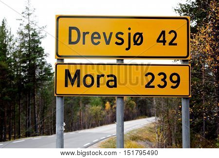 Distance in km to the Norwegian village Drevsjo and the Swedish town Mora on a Norwegian distance indication road rign.