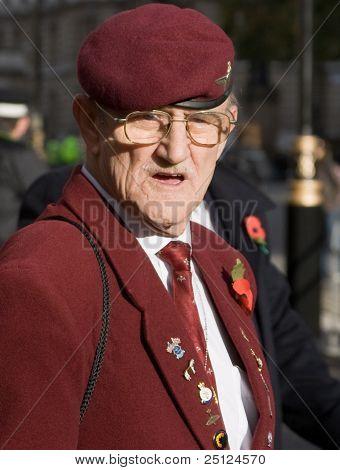 Un veterano celebrando el día del armisticio cerca el cenotafio, Whitehal, Londres.